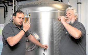 Sensorische Probe: Andreas (links) und Günter Huber prüfen beim Zwickeln Farbe, Geruch und Geschmack des Bieres im Gärtank. Fotos: J. Fiedler