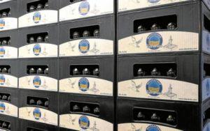 Kisten mit Flaschen stehen bereit: Tälesbräu-Biere gibt es in drei verschiedenen Flaschengrößen.