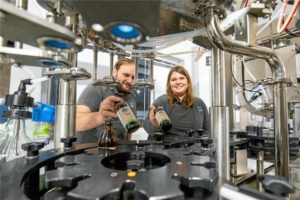Braumeister Andreas Huber und Vertriebschefin Jessica Häußer wollen mit der neuen Abfüllanlage im Flaschengeschäft voll durchstarten.